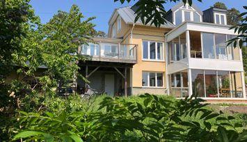 Mitt i Vaxholm, skärgårdsträdgård med utsikt!