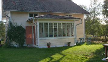Vackert 1800-talshus med sjöutsikt och skogsmarker