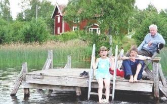 Trivsamt hus med egen strand, brygga ,bastu, båtar