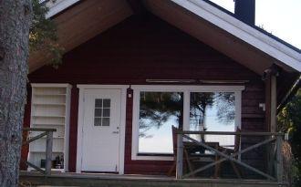 Topmoderne Holzhütte am Meer bei Arkösund. Angeln.