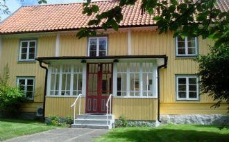Modernt 1750-talshus på landet vid Bergkvara