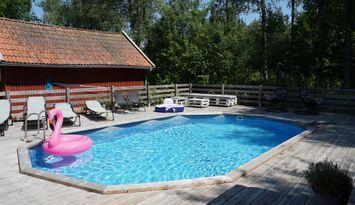 Charmigt hus med uppvärmd pool!