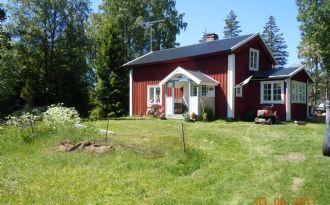 Kleines rotes Ferienhaus zwischen zwei Seen