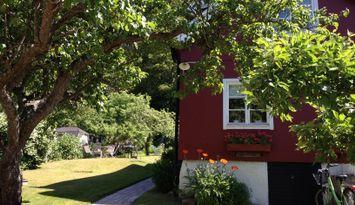 Stort gårdshus centralt i Gränna