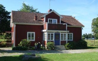 Rymlig mangårdsbyggnad med utsikt över Åsnen