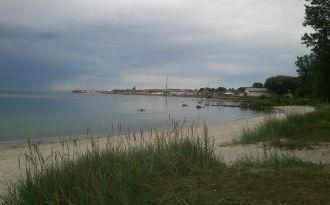 Hus i litet fiskeläge nära hav, strand och hamn