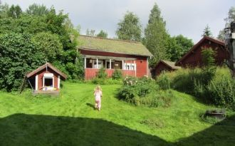 red cottages by lake 2 hrs from Stockholm