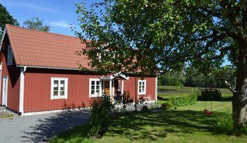 Stuga i Småland nära sjö och skog