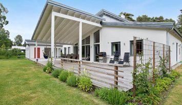 Modern villa strax söder om Visby