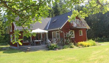 Modernt och stort sommarhus i vacker omgivning.