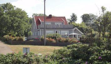Stuga/hus precis vid havet