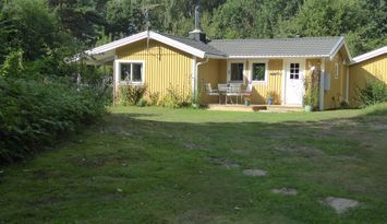 Österlennära hus intill skog o hav i Olseröd