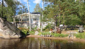 Oxastampen, Stuga vid strandkanten byggd 2013