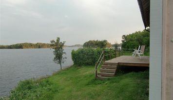 Stuga vid sjön sommen