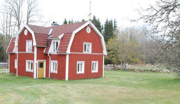 Haus im Dorf mit landwirtschaftlichen