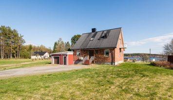 Mysigt 1½plans hus vid havet på Höga Kusten