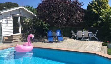 Liten stuga med tillgång till pool