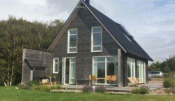 Modernes Haus am Meer und Strandwiesen