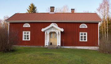 Nyrenoverad 1800-tals gård med två boningshus