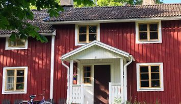 Mitt i naturen, modernt boende i hus från 1700-tal