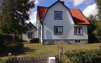 Charmigt hus nära hav