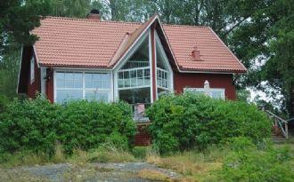 Rymlig sommarvilla direkt vid sjön Alstern
