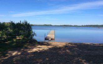 Modern stuga nära sjö i södra Småland