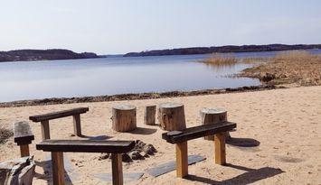 Nyrenoverad stuga precis vid sjön