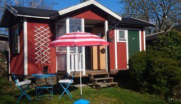 Röd liten stuga i blekingska skärgården