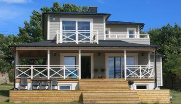 Modernt större hus vid havet i lugnt västerläge