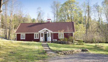 Schönes traditionelles schwedisches Haus im Wald