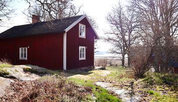 Röd stuga på Lindeborgs Eco Retreat och gård