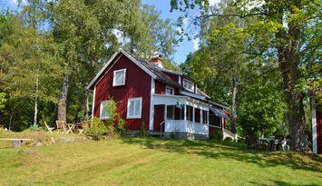 Mysigt hus i vacker lantlig miljö