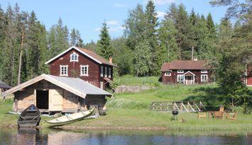 Dalahus vid sjö/bastu/båt