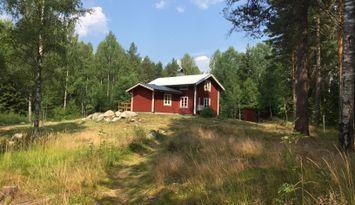"""Mysigt torp """"Hyttsnåret"""" omgiven av skog och natur"""