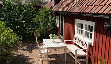 Gårdshus på mysig Ölandsgård i vackra Isgärde by
