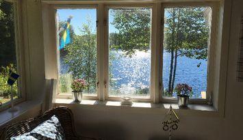Stuga+gäststuga, strandtomt, egen brygga & bastu