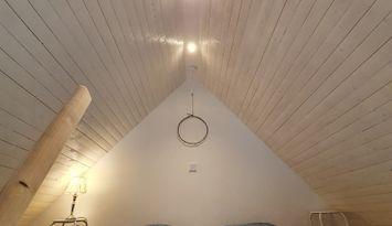 Bo lantligt i den gamla omgjorda ladan med sovloft