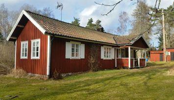Nyrenoverad stuga/torp på natursköna Vänersnäs