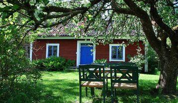 Stuga på liten lantgård mellan Vänern och Vättern