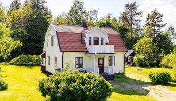 Vacker & lugn hus med gångavstånd till sjön Viken