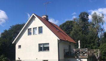 Hus mitt i Burgsvik 500 meter till sandstrand/hav.