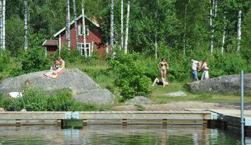 Vacker gård vid badplats