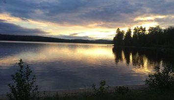 Stuga med utsikt över sjö för bad och fiske - pool