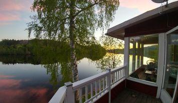 Hus vid Ångermanälvens strand