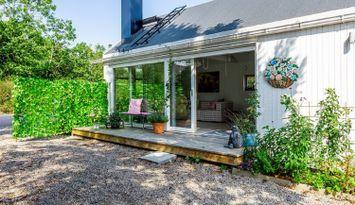 Nybyggt ljust hus vid Smygehuk nära hav och strand