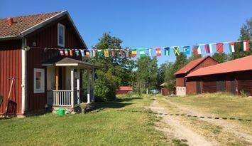 Stuga/gård på landet med egen brygga och roddbåt.