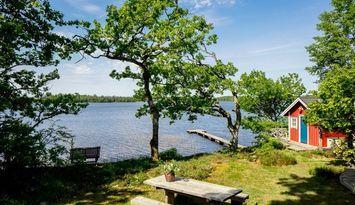 Charmigt sommarhus på sjötomt, egen brygga och båt