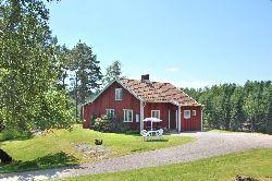 Ett litet rött hus på landet i Alingsås