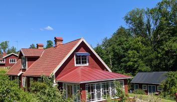 Stort sommarhus med härlig trädgård i unik natur